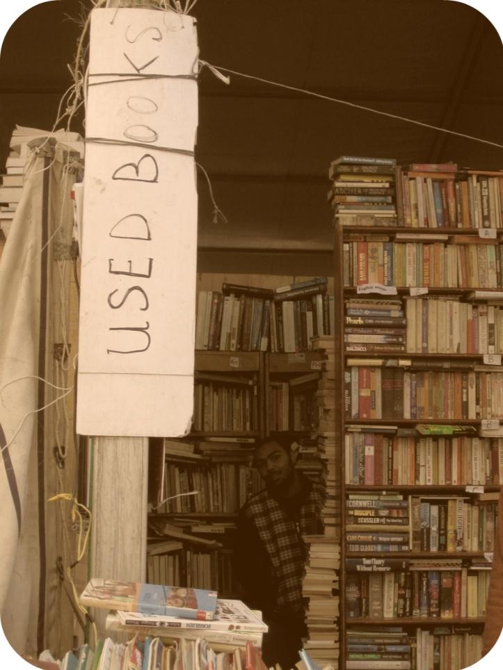 Possono mai mancare le bancarelle di libri usati? (photoshop mio)