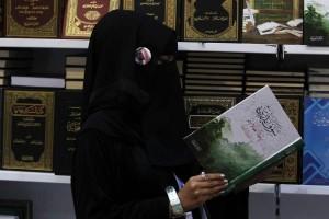Credits @ahmed_ragazza saudita che legge un libro, da notare la spilla con Re Abdullah