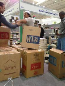 Libri&pacchetti di sigarette. Se non altro gli scatoloni si rendono utili...